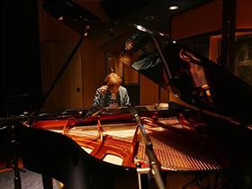 ピアノと向かい合い音を紡ぎ出す瞬間